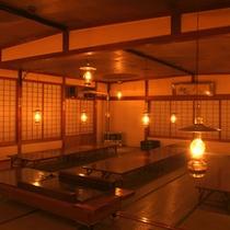 *【大広間】お食事はこちらの広間でどうぞ。もちろんランプの明かりの中でお食事をお楽しみ下さい。