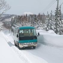 *【送迎バス】雪深い山道をバスが進んでいきます。麓からはこちらをご利用下さい。