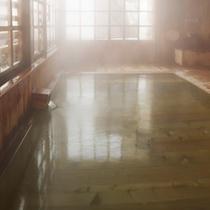 *【内湯】総ヒバ造り、男女別の内湯。どこか懐かしさを感じさせます。