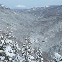 *【展望】冬山を望む…全て雪化粧に彩られ、幻想的な風景です。