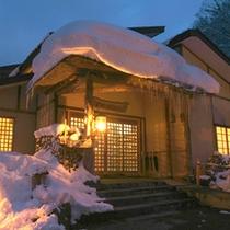 *【外観】雪明りの中に佇む湯宿。時間を忘れてごゆっくりお寛ぎ下さい。