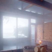 *【滝見の湯】大きく窓が取られ、開放的な中で温泉浴をお楽しみ頂けます。