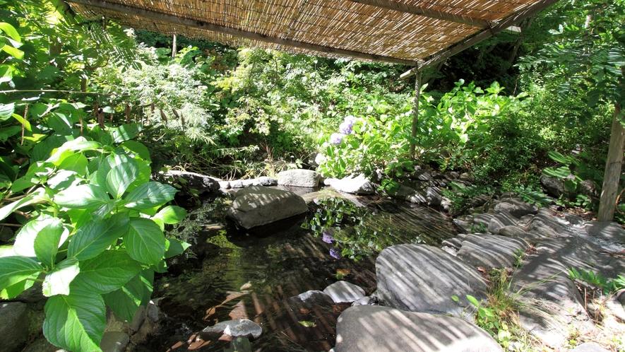 *【露天風呂】隣に流れる渓流からの瀬音を聞きながら♪