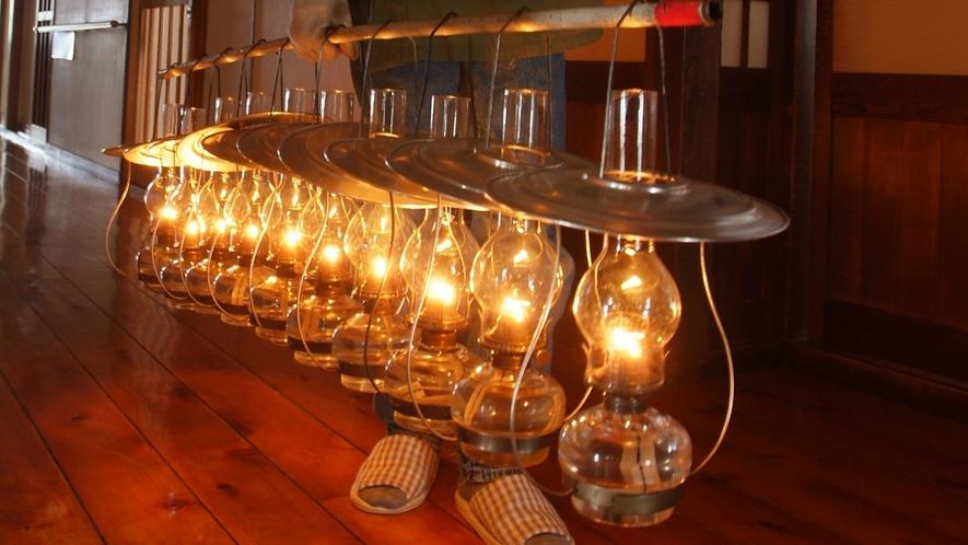 *【ランプ】明かりを灯した後、各お部屋や広間へランプを運んでいきます。