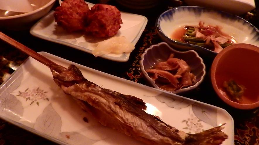 *【夕食】ランプの明かりの中で楽しむ、野趣溢れる素朴ながらも素材の味を楽しめるお食事。