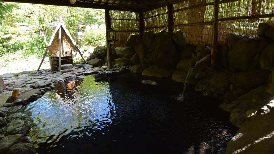 *【露天風呂】大石と簾に囲まれた露天風呂。