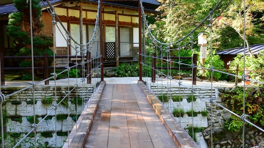 *【つり橋】本館・水車館と離れ三棟・露天風呂をつなぐ。