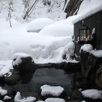 *【滝見の湯】あたり一面雪景色の露天