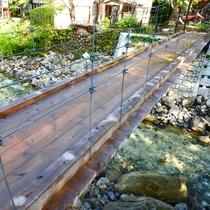 *【つり橋】青荷川を眺めながら、ゆったりとしたひと時を。