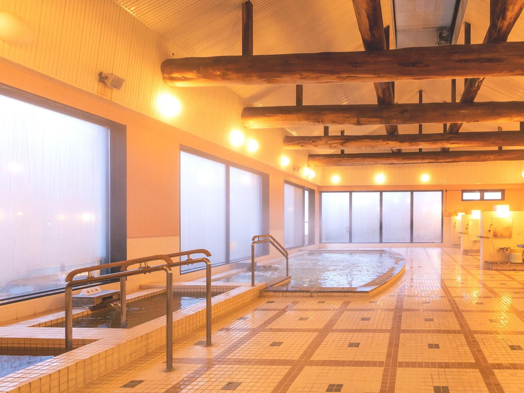 【大浴場】。男女風呂ともに太い梁が特徴の浴室には、3種の湯船とサウナをご用意しています。