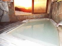 夕日が美しい貸切の掛け流し温泉風呂