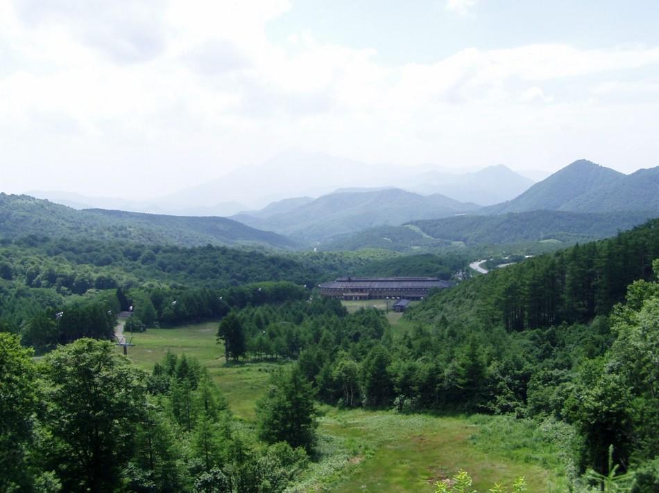 ゲレンデを登ると広大な景色が