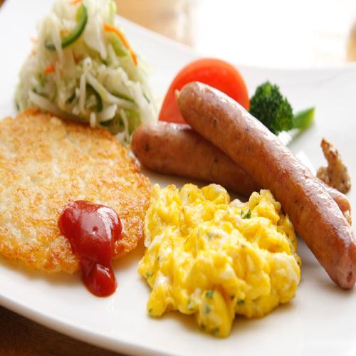 きゃらうぇいさんのソーセージや倶知安の友人中野農園の男爵で作ったハッシュポテトなどこだわりの朝食
