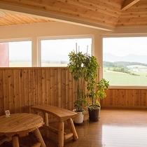 *ラウンジ/館内は優しい木の温もりに包まれています。景色を眺めながら癒しのひと時を。