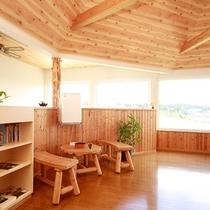*ラウンジ/景色を眺めながら、ガイドブックや地元の雑誌、書籍類をご覧いただけるスペース。