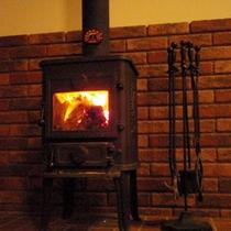 *ラウンジ/冬は薪ストーブで温まりながら、静かでスローな時間をお過ごしいただけます。
