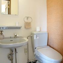 *客室トイレ一例/全てのお部屋タイプにトイレ・洗面コーナー付き。トイレはウォシュレット機能完備。