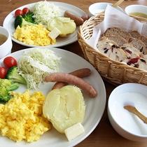 *朝食一例/手作りパンや、新鮮な野菜や卵が好評。朝の清々しい景色を眺めながらいただけます。