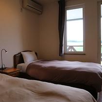 *【丘陵地帯と十勝岳側】ツイン/シングルベッド2台、シンプルで落ち着いたお部屋は窓の外の景色が主役。