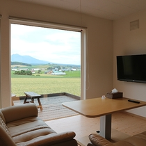 *プライベートハウス/リビングの外にはテラス付き。富良野の風を感じながら自由にくつろいで。