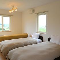 *プライベートハウス/2階には10.5畳の寝室。窓の外には雄大な富良野の風景が広がっています。