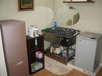 和室10畳に備え付けのキッチン(冷蔵庫・洗濯機あり)
