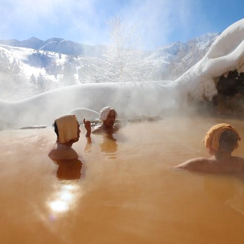 常連客で賑わう冬の露天風呂