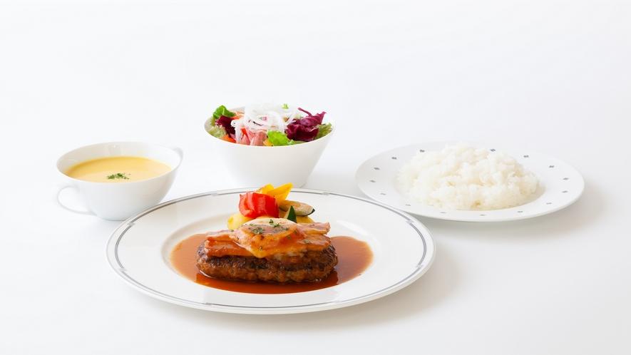牛肉のハンバーグ ベーコンとチーズのせ焼き(夕食)