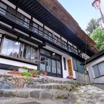 *【外観】270年の伝統を秘めた茅葺き屋根の温泉宿です。
