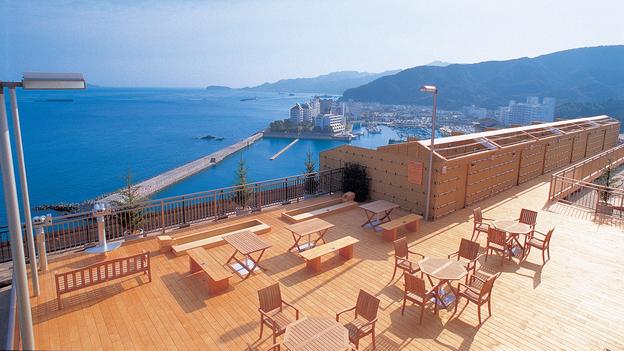 【屋上ガーデンひねもす庭】 紀淡海峡〜大阪湾にかけて海のパノラマが広がる