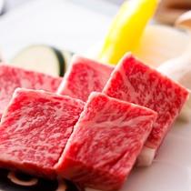 【淡路牛の石焼ステーキ】 霜降りの牛肉をアツアツに熱した石の上でジュワっとお好みの焼き加減で