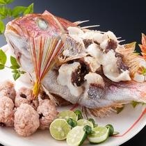 【記念日】お祝いの席に相応しい真鯛を1尾まるごと家喜鯛に。赤飯とともにお召上がり下さい(別途料金)。