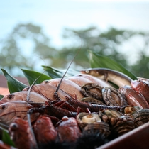 【地産地消】島の漁港にあがる新鮮な魚介類を散りばめて