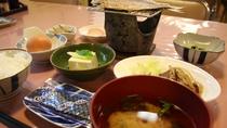 【朝食例】沼津の名物・アジの干物を中心にシンプルで体にやさしい和朝食。