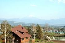 屋上から南を望むと、富士山が!今日は薄霞・・・