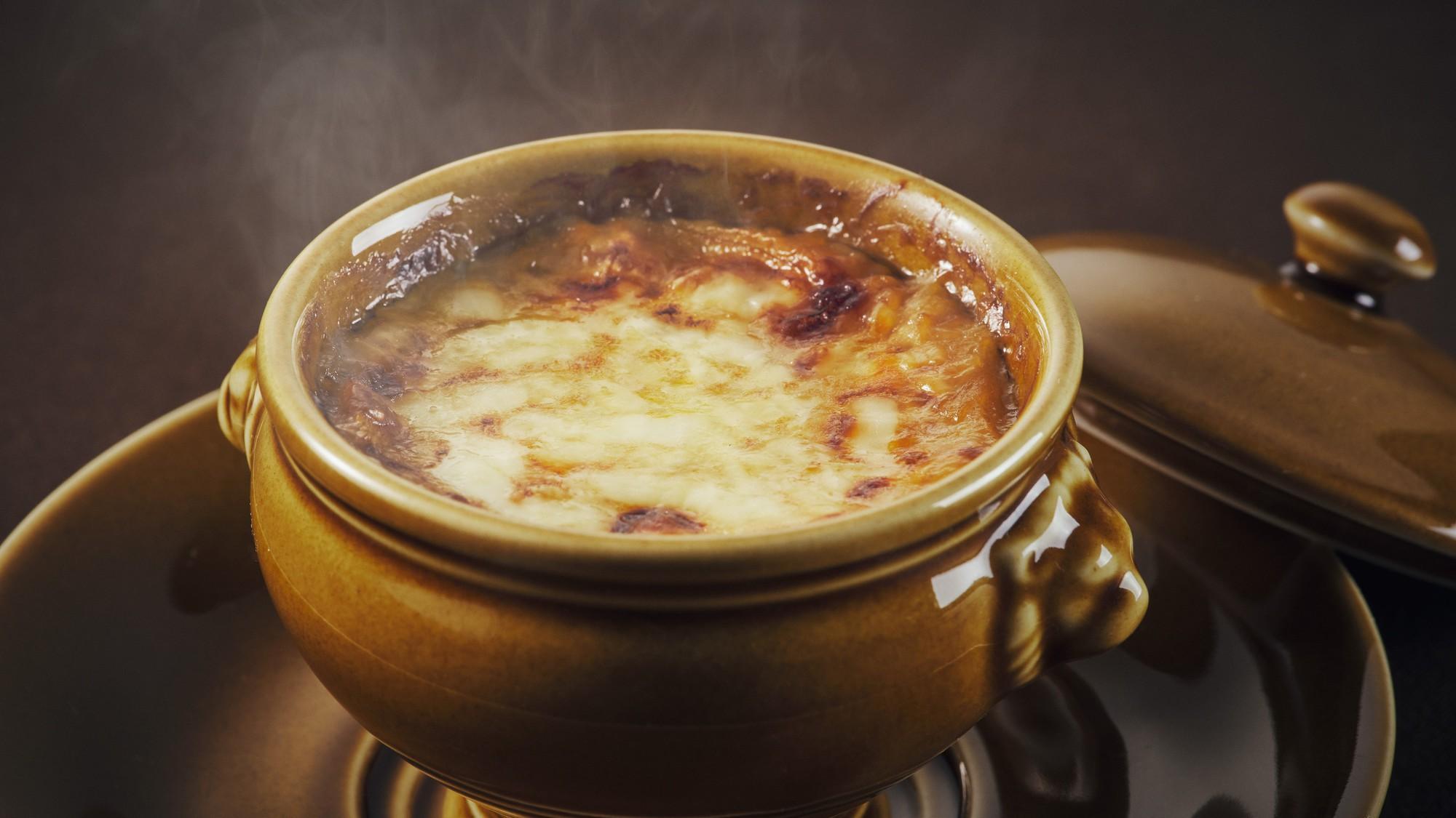 【ザ ダイニング】洋食のスペシャリテ 旨味の凝縮 オニオングラタンスープ