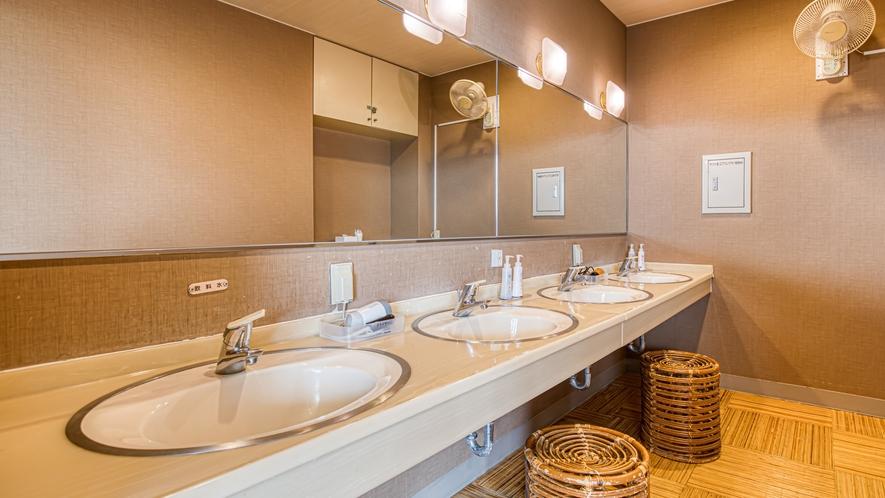8階大浴場の脱衣所の洗面コーナー(男湯)