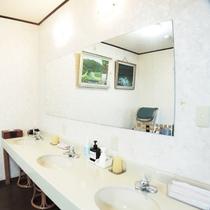 *共同洗面台/順番待ち・・・ということも少ない洗面台は忙しい朝には嬉しい広さ