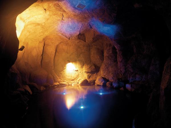 青の洞窟(洞窟風呂):洞窟の中のお風呂は幻想的。