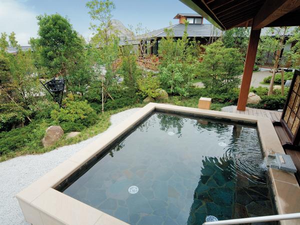 池泉庭園の湯(人口炭酸泉):高濃度の炭酸ガスが溶け込んだお風呂です。