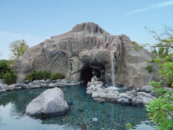大滝の湯:流れ落ちる大滝を間近で見ながら入れる、当館最大のお風呂です!