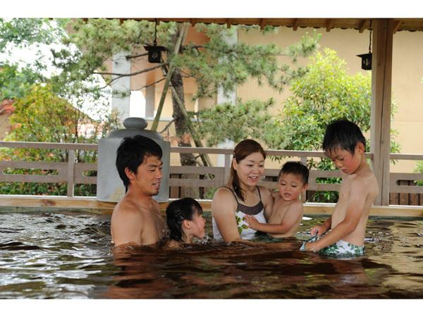 源泉館(天然温泉):木々の緑を眺めながらゆったり天然温泉に入れます。