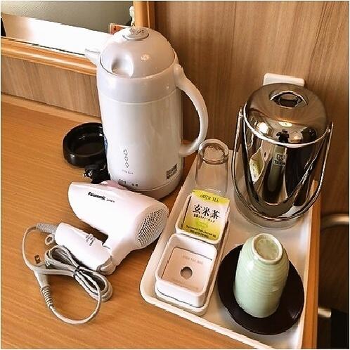 客室デスク (電気ポット、アイスペール、コップ、湯のみ、お茶、ドライヤー)