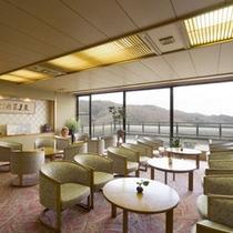 *ロビー:景色が楽しめる大きな窓のある開放的な空間です