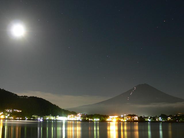 月明りに照らされて現われる富士山。