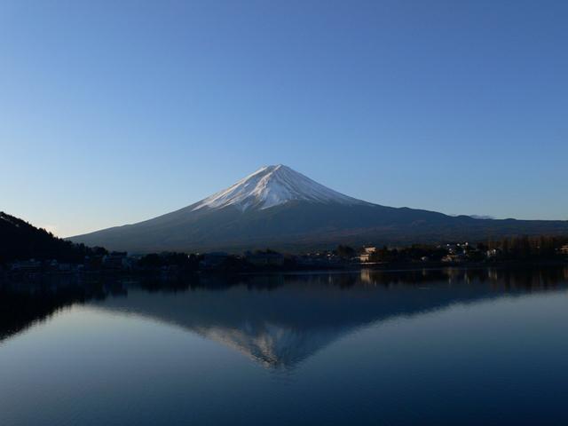 早朝に現われる「逆さ富士」。