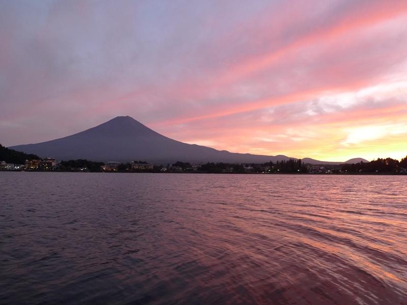 空が夕焼けで染まり、浮かぶ富士山。
