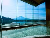 富士を一望。目の前に富士山と河口湖の絶景が広がります。