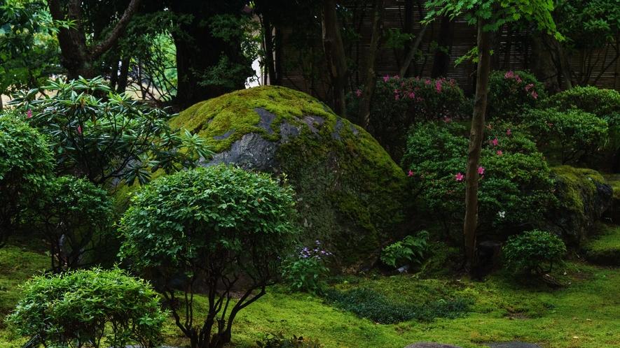 ロビーから望む庭園