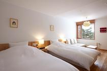 207号室 北欧デザインのランプが印象的なデラックスツイン